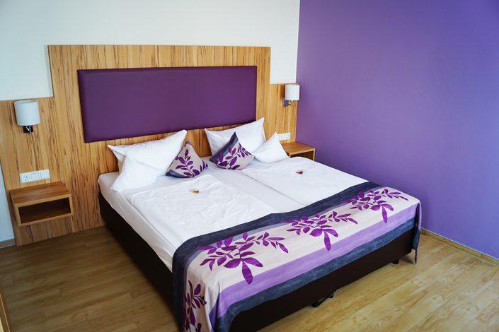 Hotelzimmer Lila Bett Kissen Decke Lila Wand