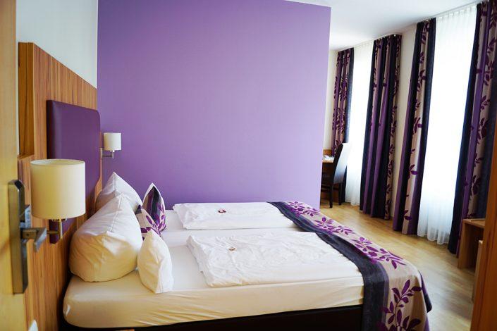 Hotelzimmer Lila Bett Kissen Decke Lila Wand Vorhänge