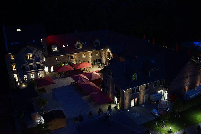Sutter's Landhaus Dunkelheit Nacht Beleuchtet Drohnenansicht