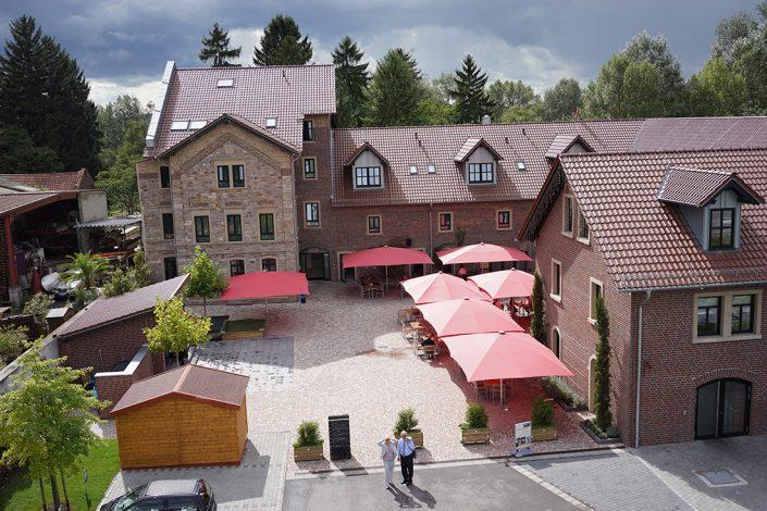 Sutter's Landhaus Drohnenansicht Tagsüber Sonnenschirme