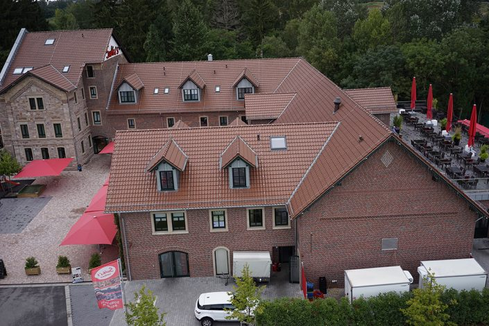 Sutter's Landhaus Drohnenansicht Tagsüber Terrasse