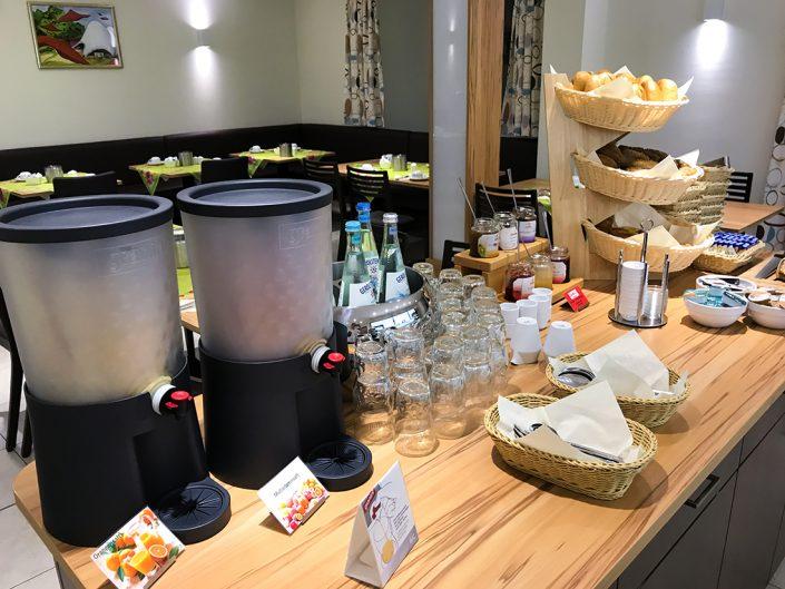Frühstücksbuffet Wasser Saft Marmelade Nutella Gläser
