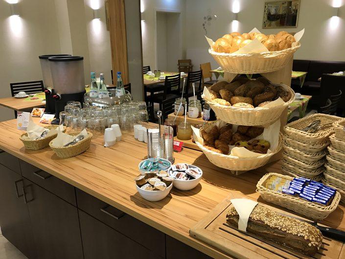 Frühstücksbuffet Brötchen Brot Butter Wasser Saft Marmelade Nutella