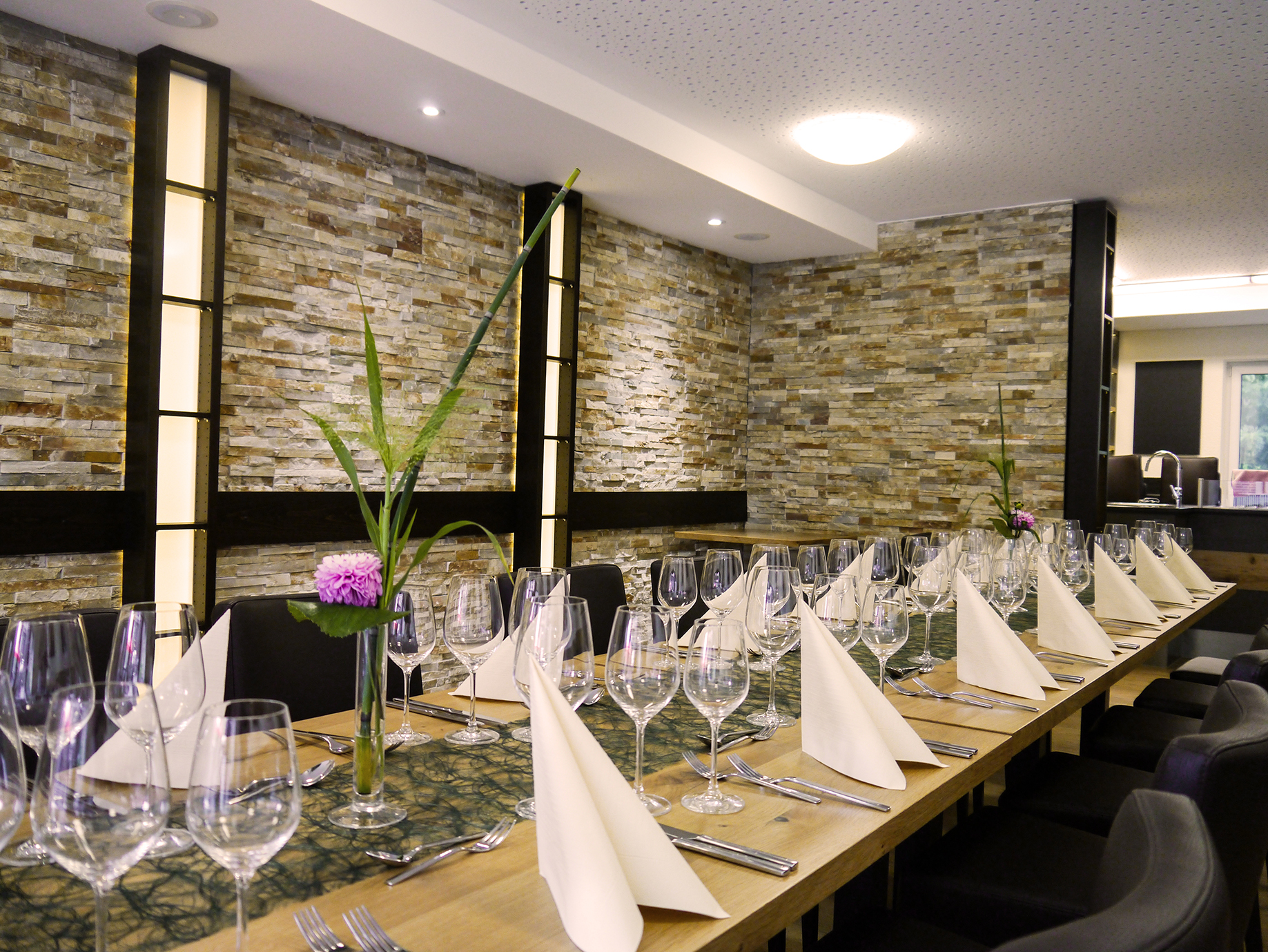 Weinstube Tischreihe Firmenveranstaltung Weingläser Besteck Blume