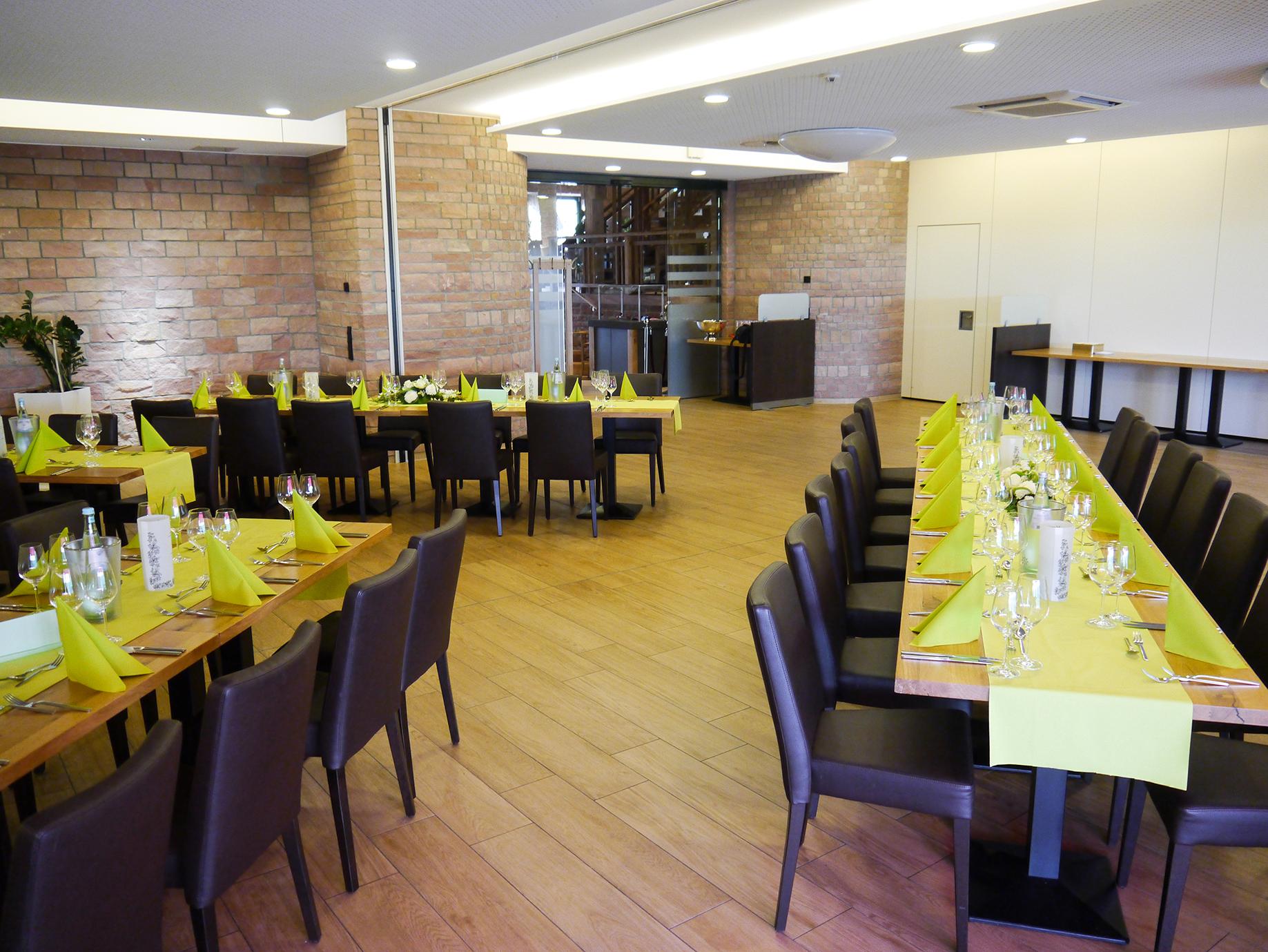 Wintergarten Tischreihen Weingläser grüne Dekoration