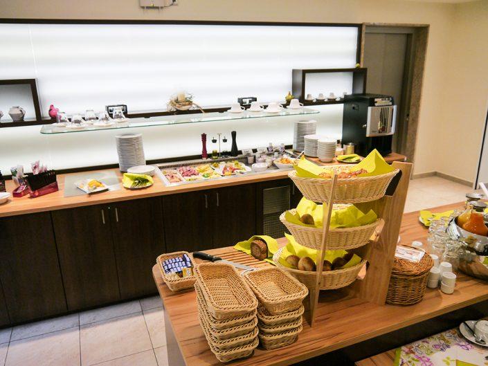 Frühstücksbuffet Brötchen Brot Butter Wurst Käse Teller Saft Kaffee