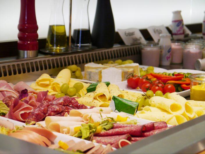 Frühstücksbuffet Wurst Salami Schinken Käse Joghurt Tomaten Gurken Trauben