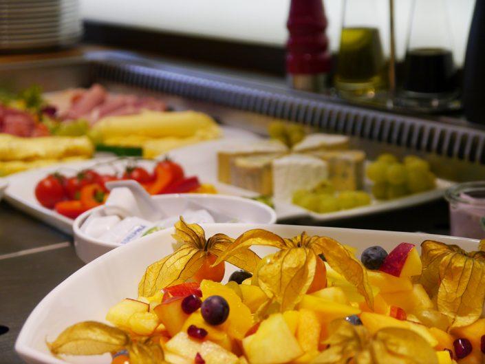 Frühstücksbuffet Obstsalat Obst Physalis Pfirsich Äpfel Blaubeeren